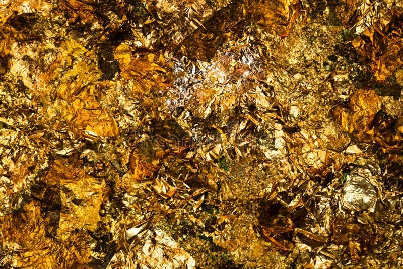 Folha de ouro amarelo ou sucatas brilhantes da textura do fundo da folha de ouro imagens de stock royalty free