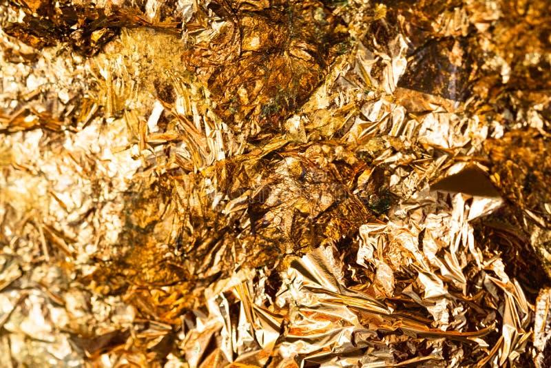 Folha de ouro amarelo ou sucatas brilhantes da textura do fundo da folha de ouro fotografia de stock royalty free