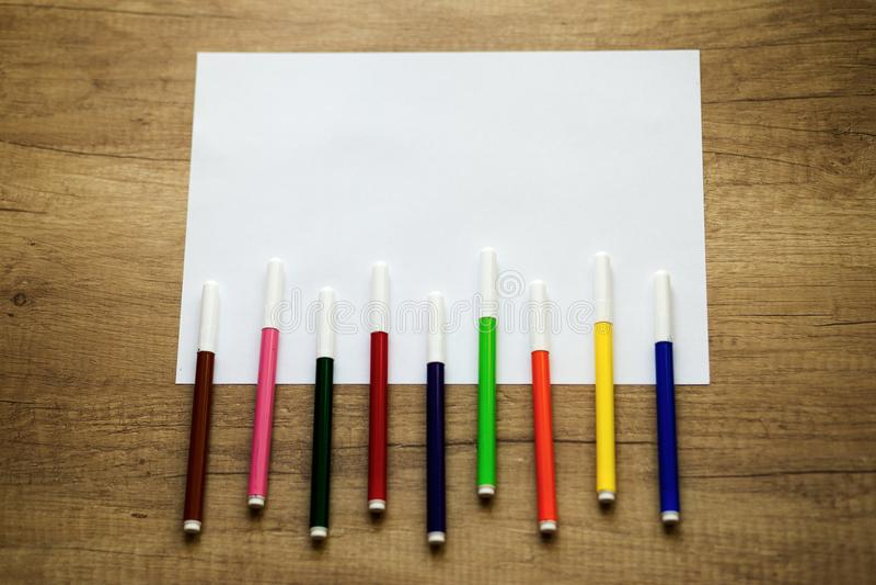 Folha de papel branca, canetas com ponta de feltro coloridas fotos de stock royalty free