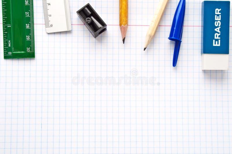 Folha de papel com coleção dos artigos de papelaria imagem de stock