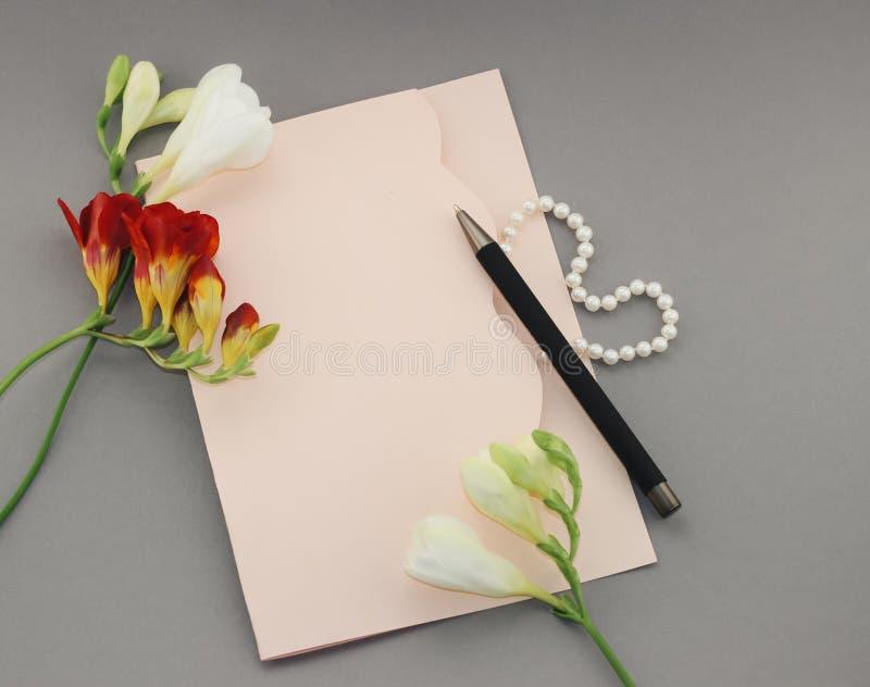 Folha de papel com flores imagem de stock