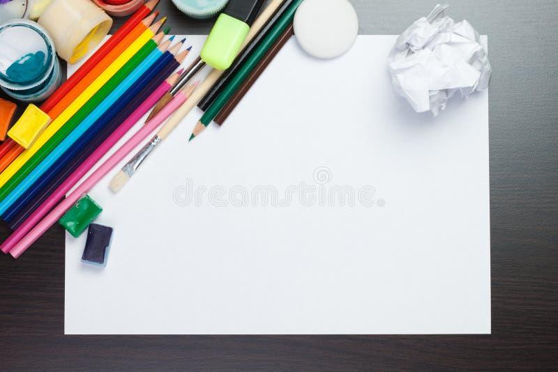 Folha de papel com os instrumentos coloridos do artista foto de stock royalty free