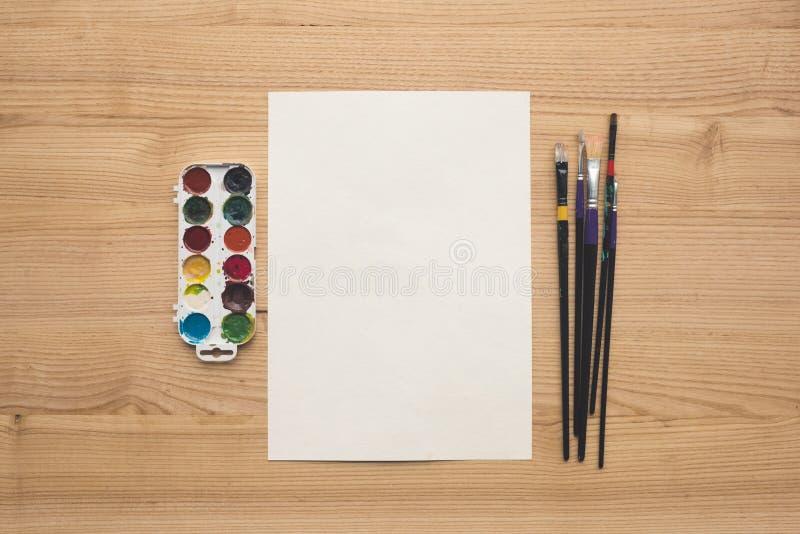 folha de papel com pinturas e escovas fotos de stock royalty free
