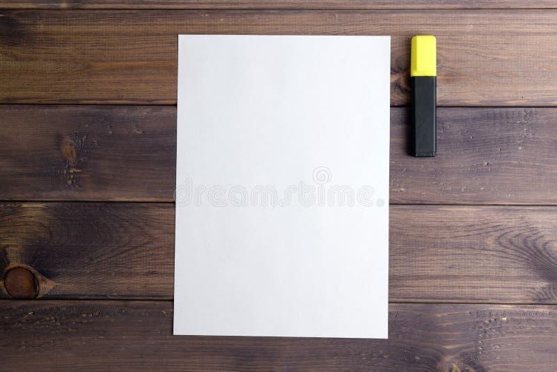 Folha de papel e o marcador amarelo fotografia de stock royalty free