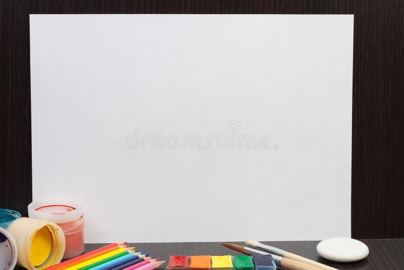 Folha de papel em branco com pinturas coloridas fotografia de stock