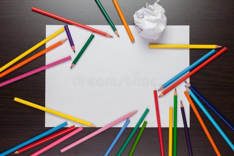 Folha de papel em branco e lápis coloridos imagem de stock