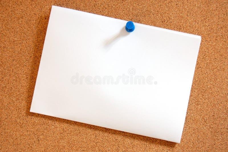 Folha de papel em branco na placa de boletim fotografia de stock