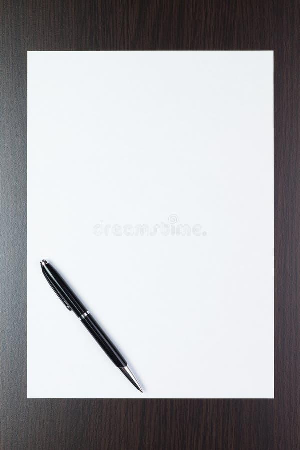 Folha de papel em branco na tabela com uma pena fotografia de stock royalty free