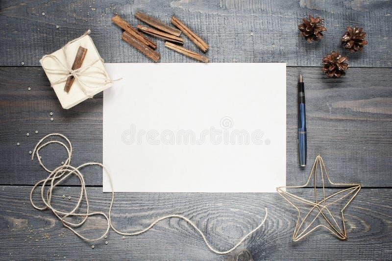 Folha de papel vazia com composição na textura de madeira escura fotografia de stock