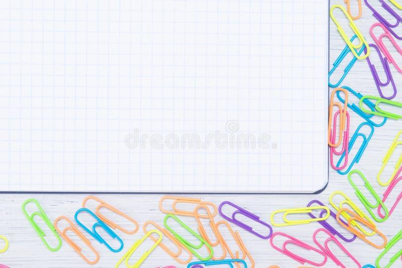 folha de papel vazia, com dispersado em torno das bordas, grampos coloridos fotografia de stock royalty free