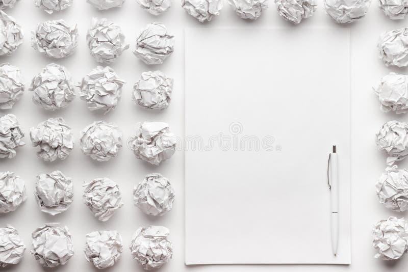 Folha de papel vazia e o processo criativo da pena fotografia de stock