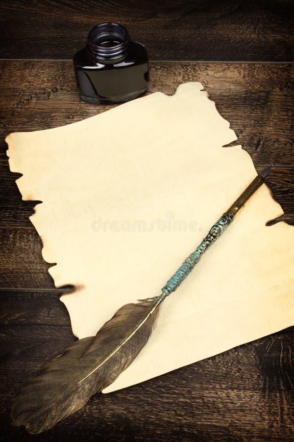 Folha de papel vazia e o quill imagem de stock