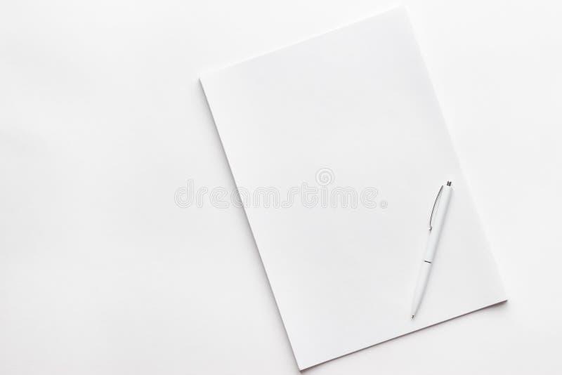 Folha de papel vazia e a pena foto de stock