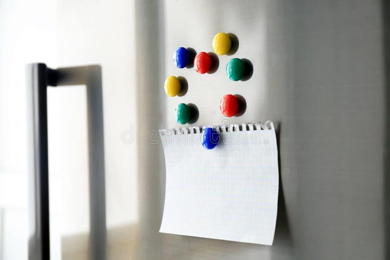 Folha do papel vazio com ímãs imagens de stock
