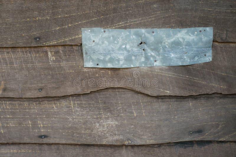 Folha do zinco na parede de madeira velha imagens de stock royalty free
