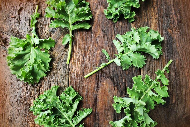 Folha fresca da couve da couve no fundo de madeira Folhas verdes do vegetal Vista superior Comer saudável, alimento do vegetarian fotografia de stock royalty free