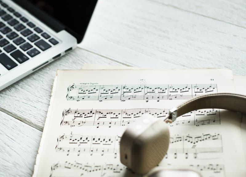 Folha Musical em Beside Laptop fotografia de stock
