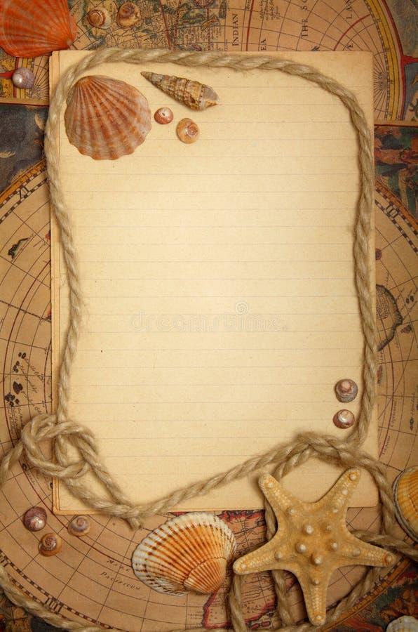 Folha, seashells e corda vazios em mapas fotografia de stock royalty free