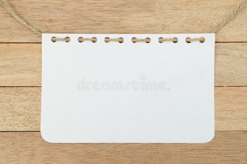 Folha vazia do caderno com corda no fundo de madeira imagem de stock royalty free