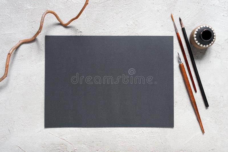 Folha vazia do papel e de ferramentas de desenho textured pretos fotos de stock royalty free