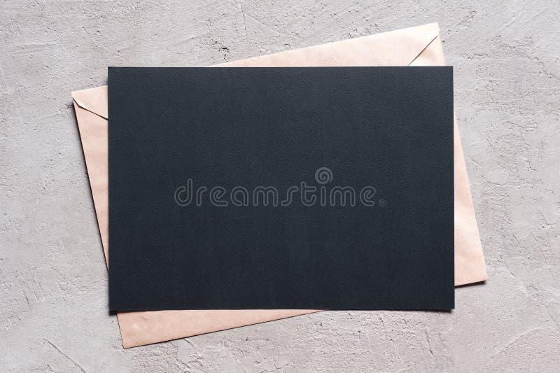 Folha vazia do papel e do envelope textured pretos fotografia de stock