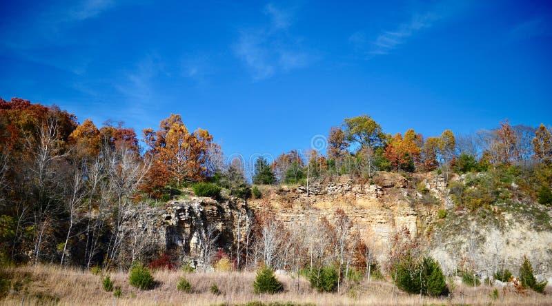 Folhagem de outono acima dos penhascos da pedra calcária fotografia de stock royalty free