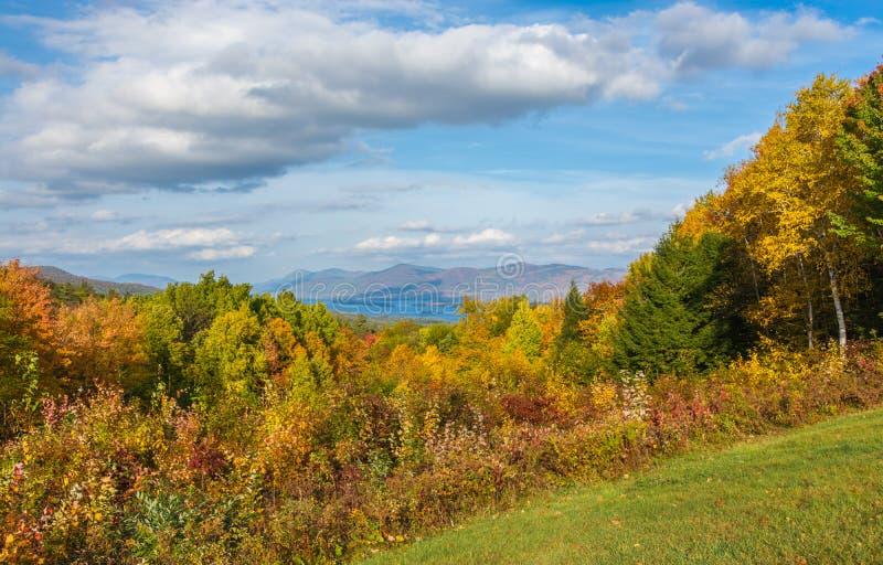 Folhagem de outono de George Nestled In Mountains And do lago fotos de stock