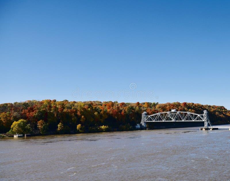 Folhagem de outono nos bancos do rio Mississípi foto de stock
