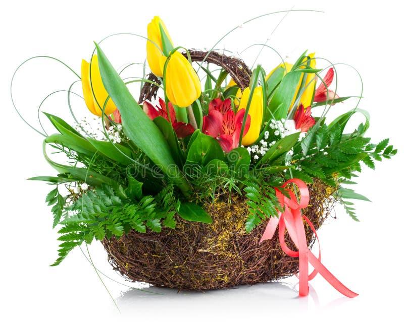 Folhas amarelas do verde da cesta das tulipas do ramalhete imagens de stock