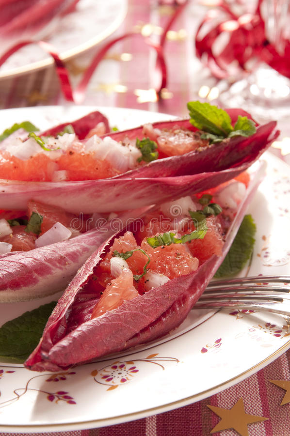 Folhas da chicória enchidas com a salada da pamplumossa cor-de-rosa fotos de stock