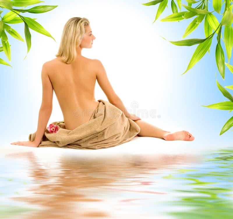Folhas da mulher e do bambu imagens de stock