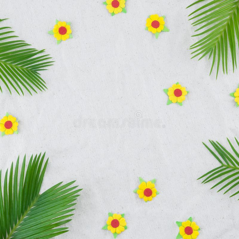 Folhas da samambaia e flores de papel amarelas imagens de stock royalty free
