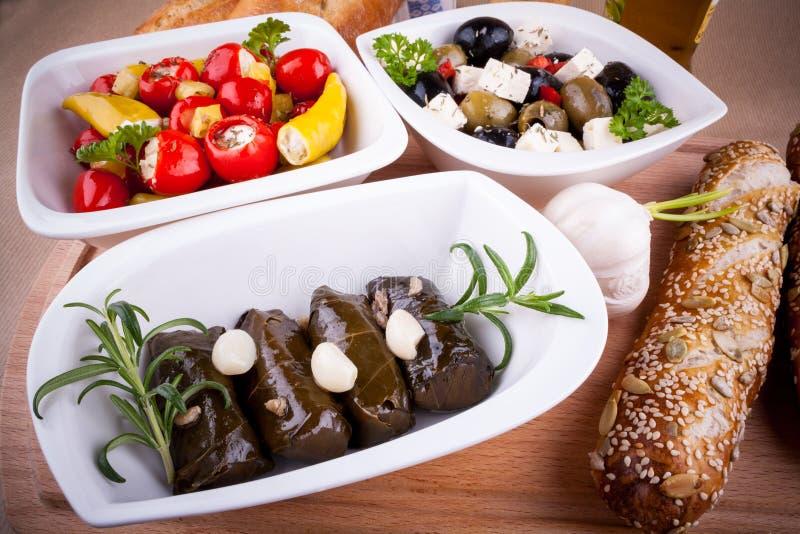 Folhas da videira enchidas com pimentas e os antipasti mediterrâneos foto de stock royalty free