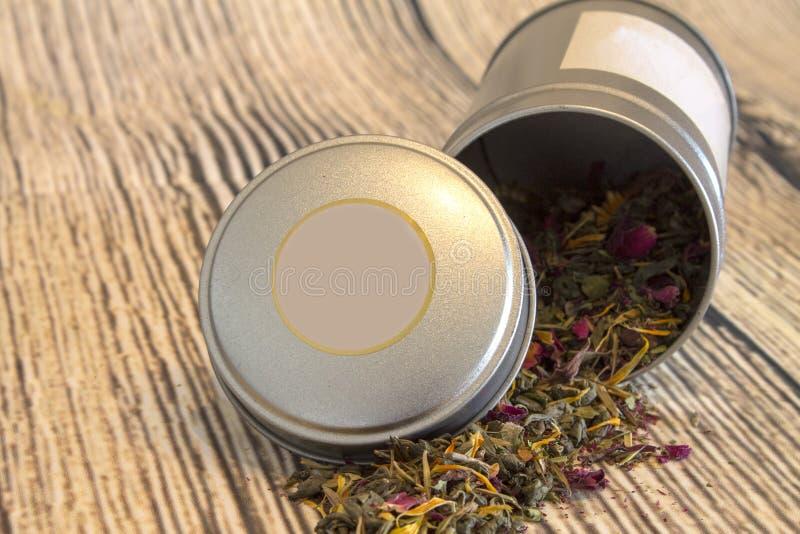 Folhas de chá dentro da caixa de prata imagens de stock