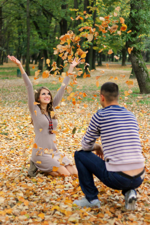 Folhas de jogo da menina no parque fotos de stock royalty free