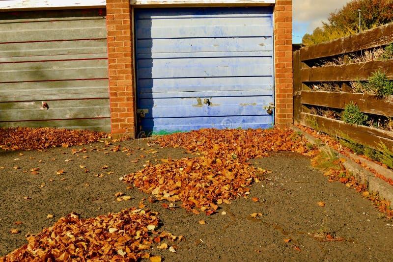 Folhas de outono fundidas no bloco da garagem imagens de stock