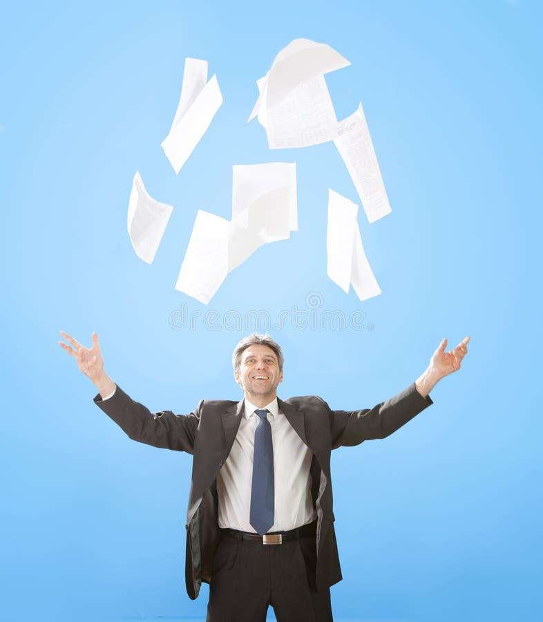 Folhas de papel do homem de negócios sênior de jogo fotografia de stock