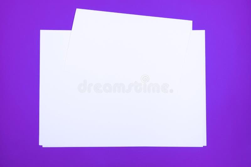 Folhas de papel vazias 'no fundo do roxo do protão ' imagens de stock royalty free