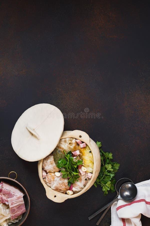 Folhas deliciosas da couve enchida no potenciômetro de Clayware fotografia de stock royalty free