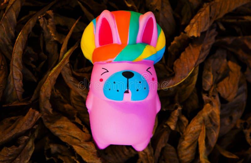 Folhas do outono do cão de brinquedo do bebê imagem de stock royalty free