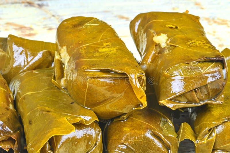 Folhas do vinho enchidas com arroz Culinária tradicional grega, do turco, a libanesa e a mediterrânea Close-up Conceito saudável fotos de stock