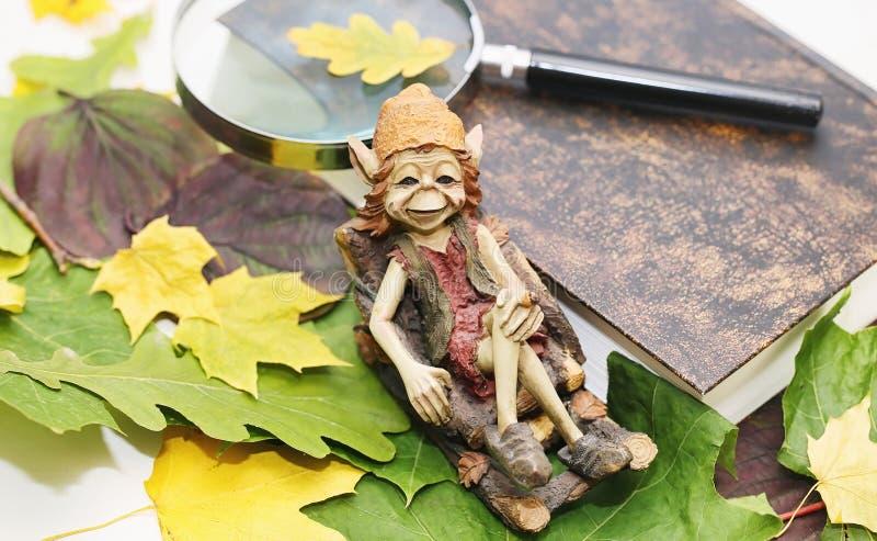 Folhas e chá de outono em uma manta foto de stock