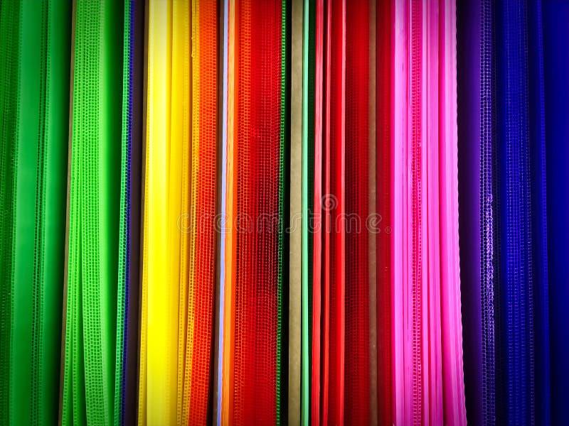 Folhas onduladas do plástico vívido colorido para Art Project na prateleira imagens de stock