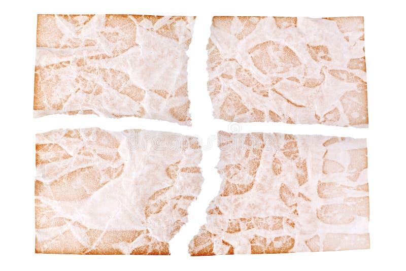 Folhas rasgadas do papel envelhecido marrom no fim branco do fundo acima, fragmentos ásperos do projeto de papel velho, espaço da imagens de stock royalty free