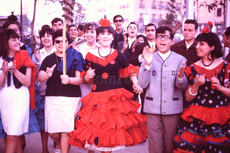 FOLIÕES QUE COMEMORAM 'A FÉRIA DO LA 'EM SEVILHA, ESPANHA EM ABRIL DE 1966 fotos de stock