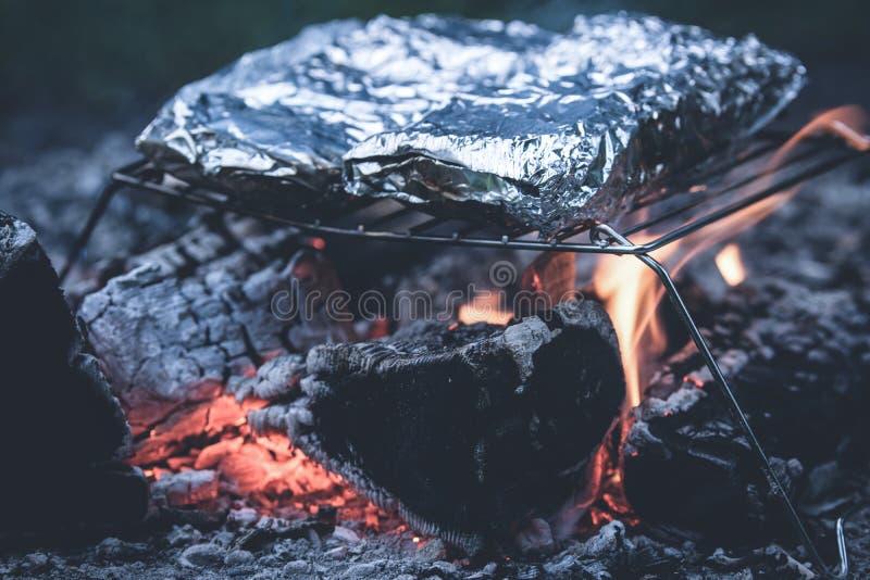 Folie bij de Metaalgrill die wordt gekookt stock foto