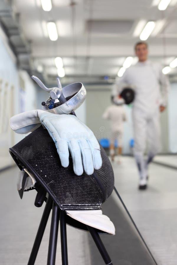 Folie, Schablone und Handschuh am Hintergrund ot Fechter stockbilder