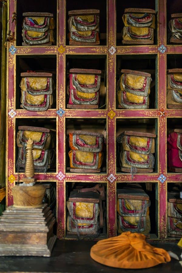 Folios старых рукописей в библиотеке монастыря gompa Stakna тибетского буддийского в Ladakh стоковое изображение rf