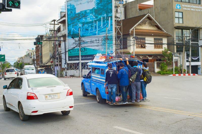 Folk överlastad stadsbuss Thailand arkivfoton