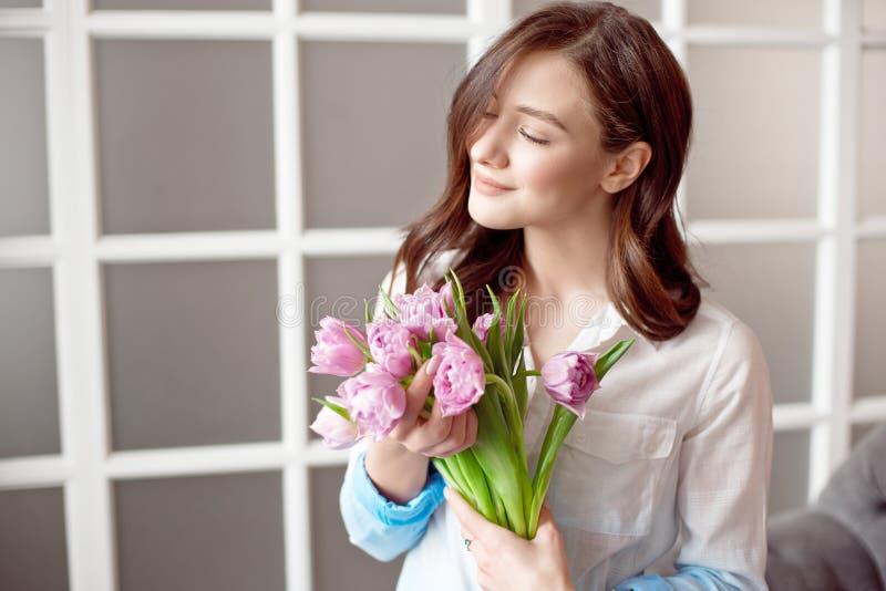 Folk, affär, försäljning och floristry begrepp - närbild av gruppen för blomsterhandlarekvinnainnehav på blomsterhandeln fotografering för bildbyråer